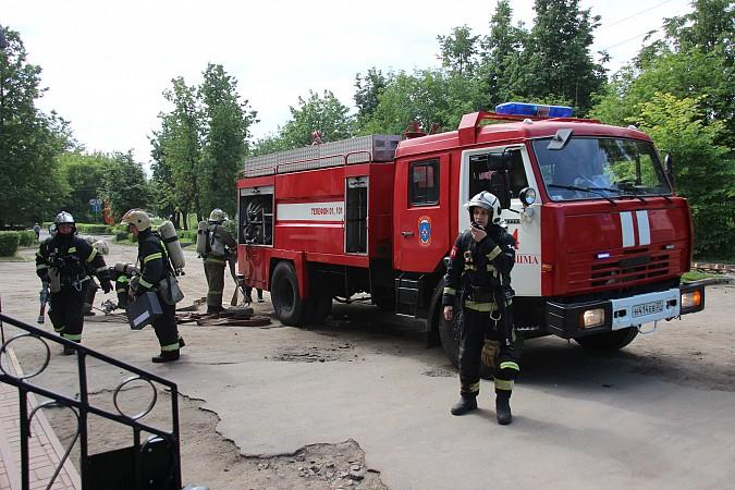 Спасатели на «удовлетворительно» справились с задачей спасения людей из горящего ГДК фото 3