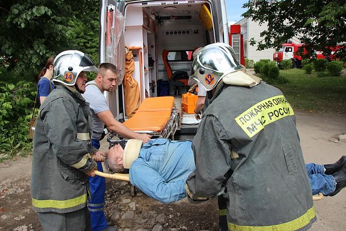 Спасатели на «удовлетворительно» справились с задачей спасения людей из горящего ГДК фото 10