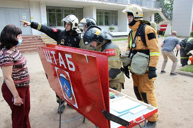 Спасатели на «удовлетворительно» справились с задачей спасения людей из горящего ГДК фото 7
