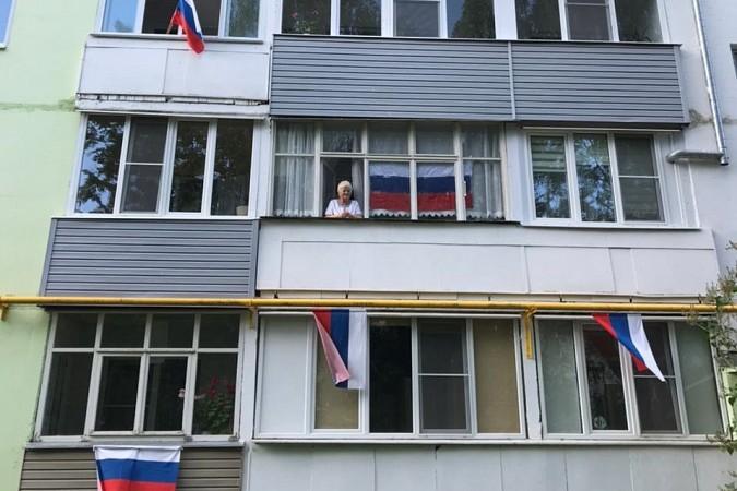 12 июня жители Кинешмы вывесили сотни флагов Российской Федерации на окна своих домов фото 5