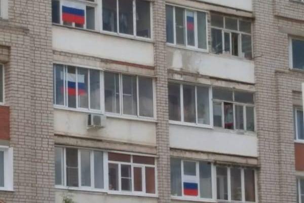 12 июня жители Кинешмы вывесили сотни флагов Российской Федерации на окна своих домов фото 9