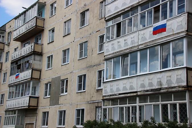 12 июня жители Кинешмы вывесили сотни флагов Российской Федерации на окна своих домов фото 2