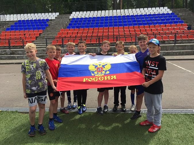12 июня жители Кинешмы вывесили сотни флагов Российской Федерации на окна своих домов фото 8