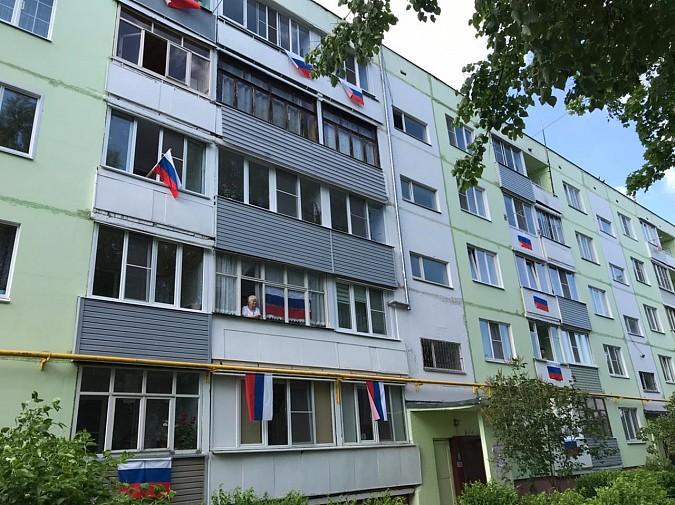 12 июня жители Кинешмы вывесили сотни флагов Российской Федерации на окна своих домов фото 6