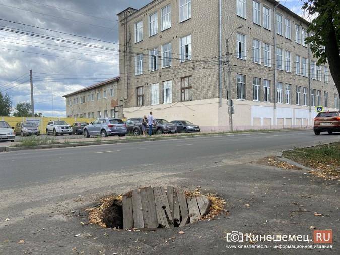 На ул.Комсомольской проломили деревянную крышку колодца ливневой канализации фото 3