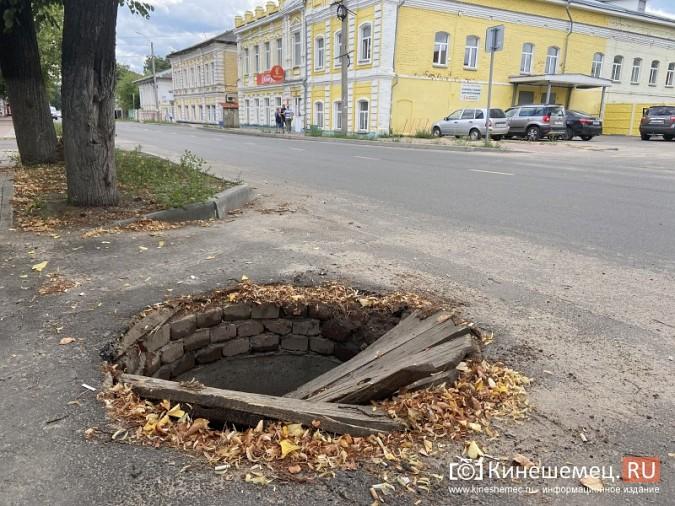 На ул.Комсомольской проломили деревянную крышку колодца ливневой канализации фото 4