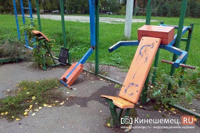 Погода вмешалась в установку спортплощадки у гимназии им.Островского фото 6