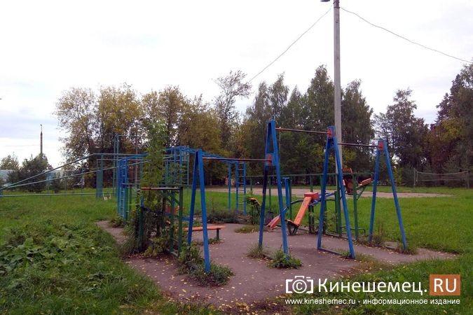 Погода вмешалась в установку спортплощадки у гимназии им.Островского фото 7