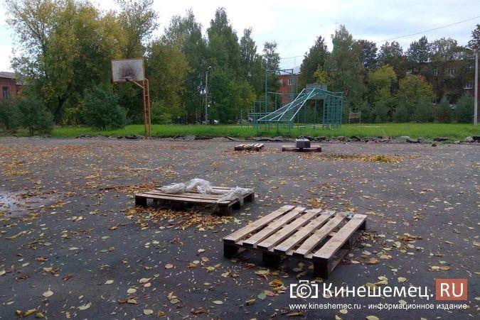 Погода вмешалась в установку спортплощадки у гимназии им.Островского фото 3