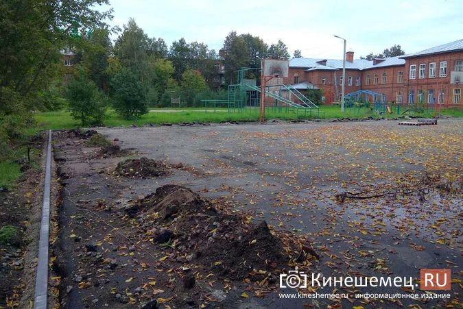 Погода вмешалась в установку спортплощадки у гимназии им.Островского фото 4