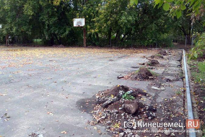 Погода вмешалась в установку спортплощадки у гимназии им.Островского фото 5