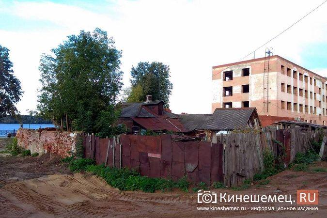 На Волжском бульваре в окружении шикарного благоустройства стоит ветхий домик фото 6