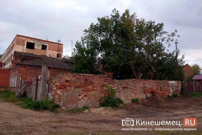 На Волжском бульваре в окружении шикарного благоустройства стоит ветхий домик фото 3