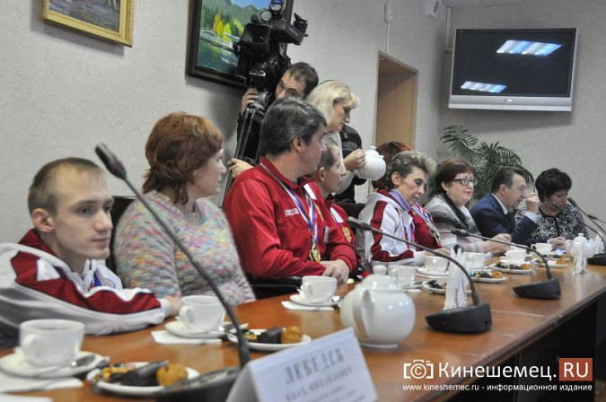 Паралимпийцы получили форму из рук Губернатора фото 12