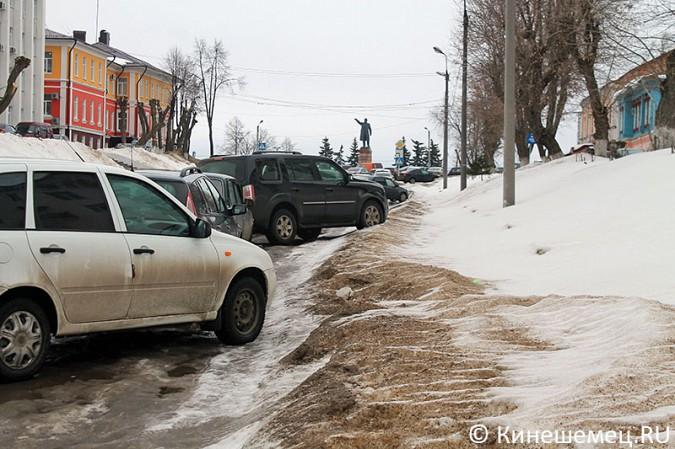 Кинешемских пешеходов выдавили с тротуара автомобилями сотрудников администрации фото 2