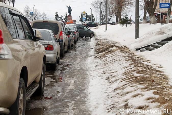 Кинешемских пешеходов выдавили с тротуара автомобилями сотрудников администрации фото 4