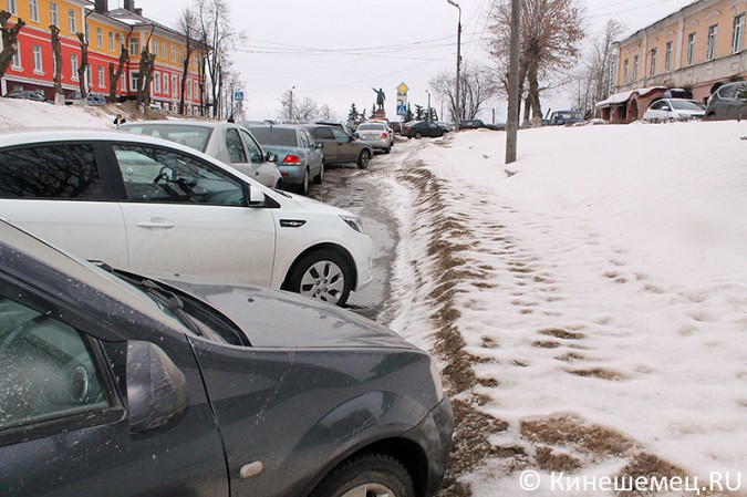 Кинешемских пешеходов выдавили с тротуара автомобилями сотрудников администрации фото 6