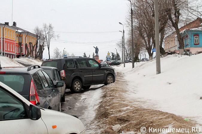 Кинешемских пешеходов выдавили с тротуара автомобилями сотрудников администрации фото 3