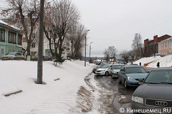Кинешемских пешеходов выдавили с тротуара автомобилями сотрудников администрации фото 7