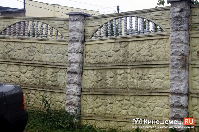 Спустя год покосившийся забор в центре Кинешмы решили отремонтировать фото 3