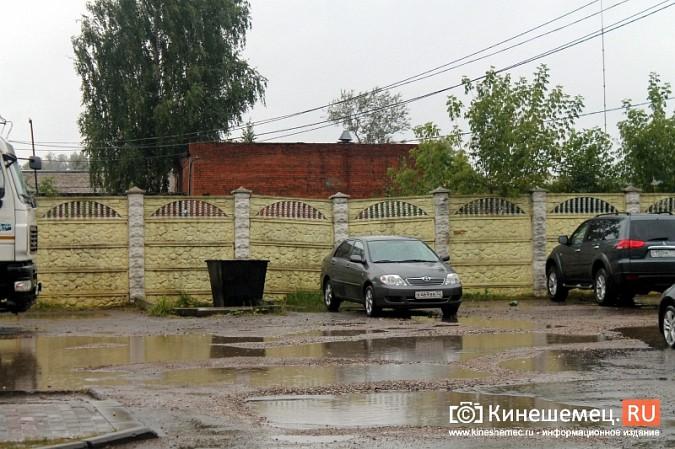 Спустя год покосившийся забор в центре Кинешмы решили отремонтировать фото 2