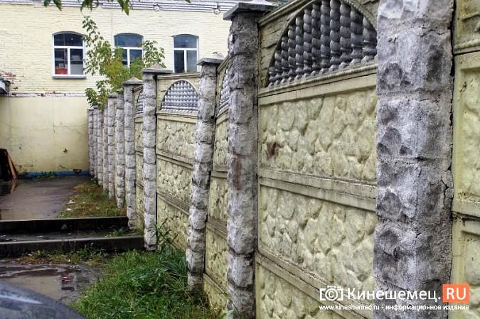 Спустя год покосившийся забор в центре Кинешмы решили отремонтировать фото 6