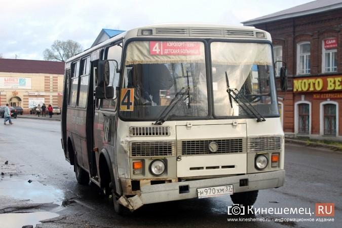 В центре Кинешмы «Шевроле» столкнулся с пассажирским автобусом фото 5
