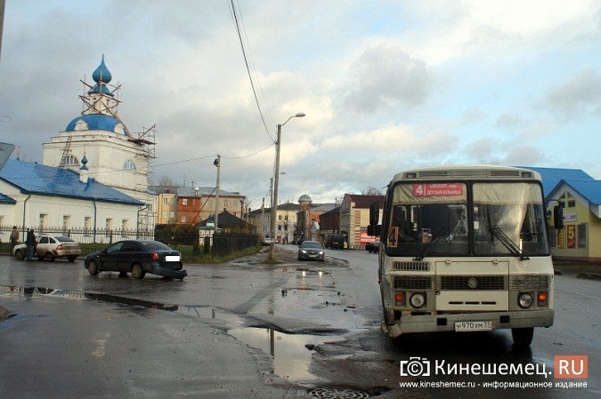 В центре Кинешмы «Шевроле» столкнулся с пассажирским автобусом фото 6