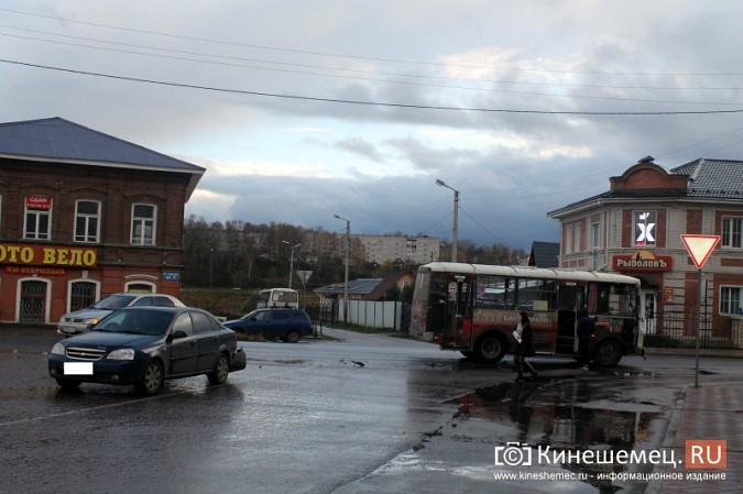 В центре Кинешмы «Шевроле» столкнулся с пассажирским автобусом фото 8