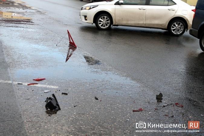 В центре Кинешмы «Шевроле» столкнулся с пассажирским автобусом фото 4