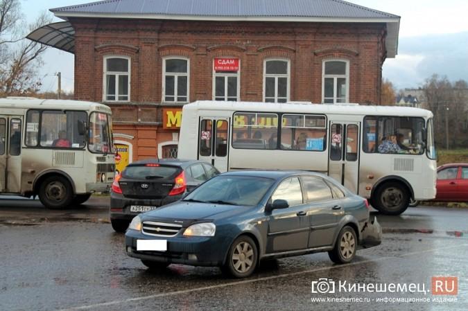 В центре Кинешмы «Шевроле» столкнулся с пассажирским автобусом фото 2