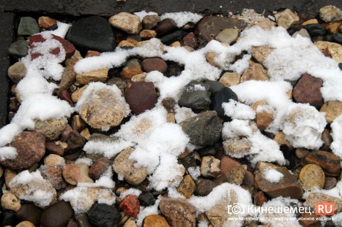 Обещания кинешемских властей благоустроить три метра дорожки к детскому саду засыпало снегом фото 3