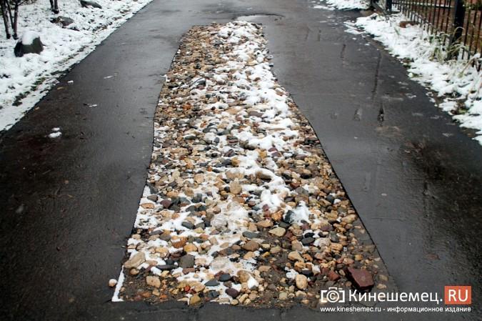Обещания кинешемских властей благоустроить три метра дорожки к детскому саду засыпало снегом фото 5