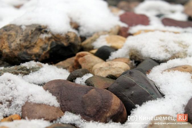 Обещания кинешемских властей благоустроить три метра дорожки к детскому саду засыпало снегом фото 4