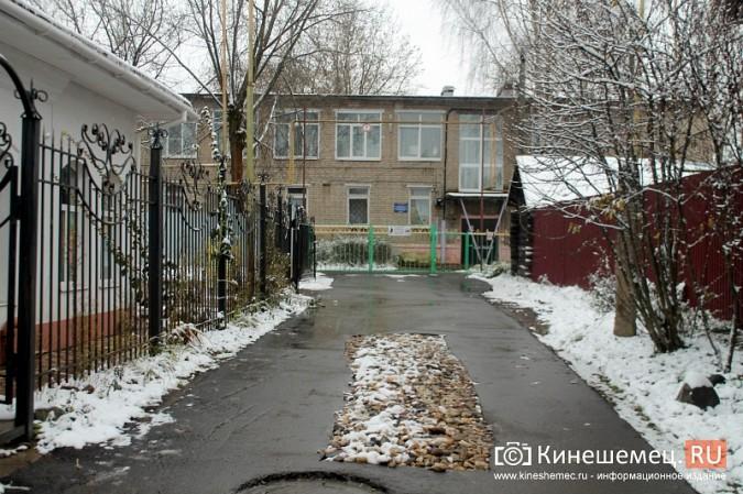 Обещания кинешемских властей благоустроить три метра дорожки к детскому саду засыпало снегом фото 2