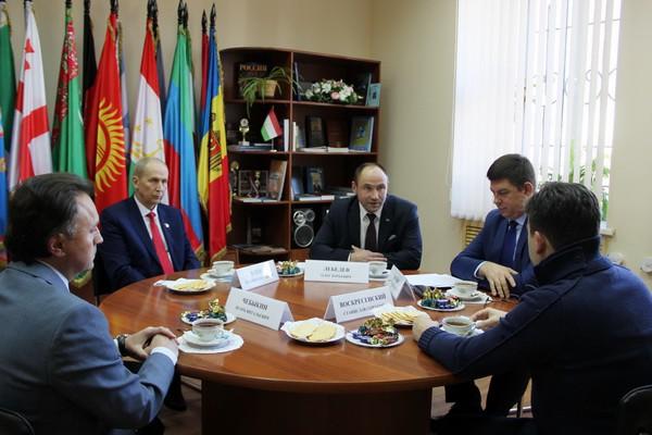 Станислав Воскресенский встретился с лидерами парламентских партий региона фото 2