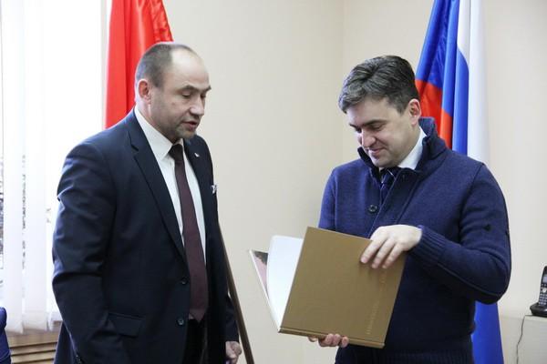 Станислав Воскресенский встретился с лидерами парламентских партий региона фото 3