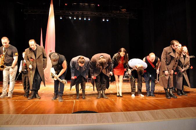 К 100-летию Революции в Кинешме показали спектакль-манифест «Двенадцать\17» фото 16