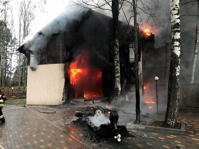 Огонь охватил базу отдыха в Заволжском районе фото 2