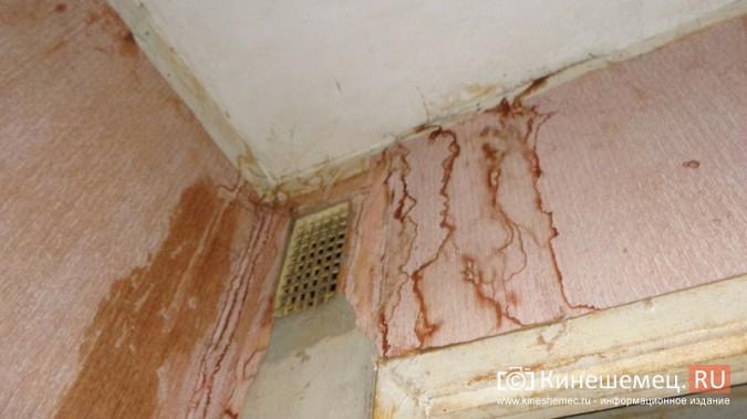Из-за худой крыши квартиры жителей дома на улице Декабристов заливает водой фото 4
