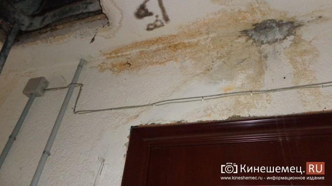 Из-за худой крыши квартиры жителей дома на улице Декабристов заливает водой фото 8