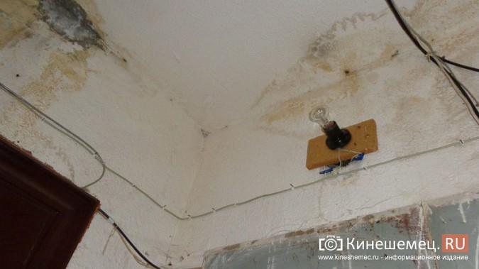 Из-за худой крыши квартиры жителей дома на улице Декабристов заливает водой фото 7