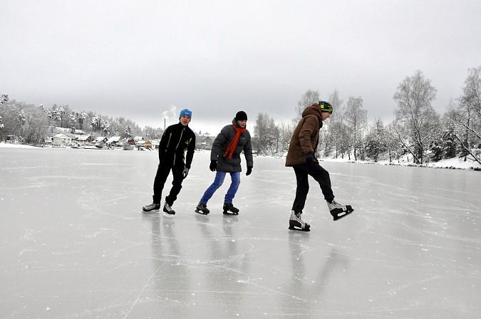 Кинешемцы встали на коньки на тонком речном льду фото 2