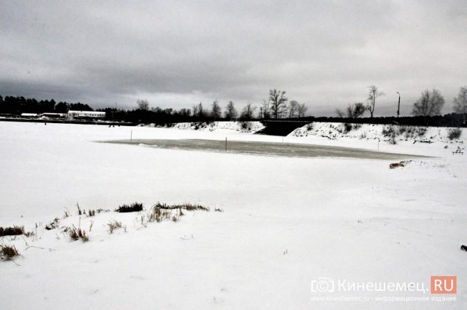 На месте крещенской купели в Кинешме искусственно наращивают лед фото 6