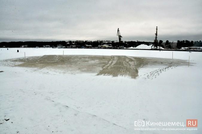 На месте крещенской купели в Кинешме искусственно наращивают лед фото 7