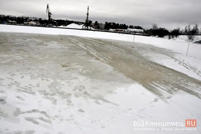 На месте крещенской купели в Кинешме искусственно наращивают лед фото 5