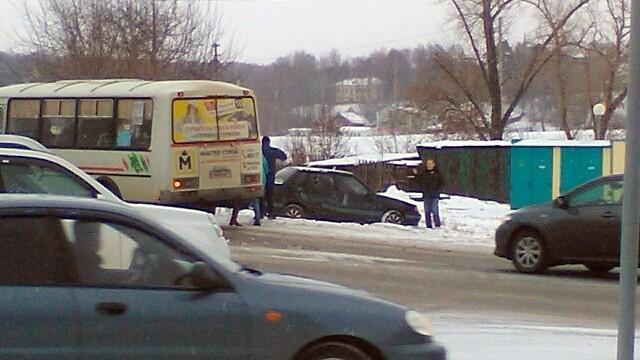 В центре Кинешмы «ВАЗ» влетел в маршрутный автобус с пассажирами фото 3