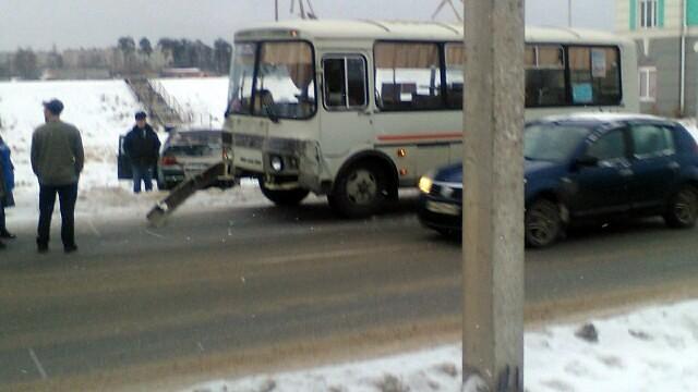 В центре Кинешмы «ВАЗ» влетел в маршрутный автобус с пассажирами фото 2