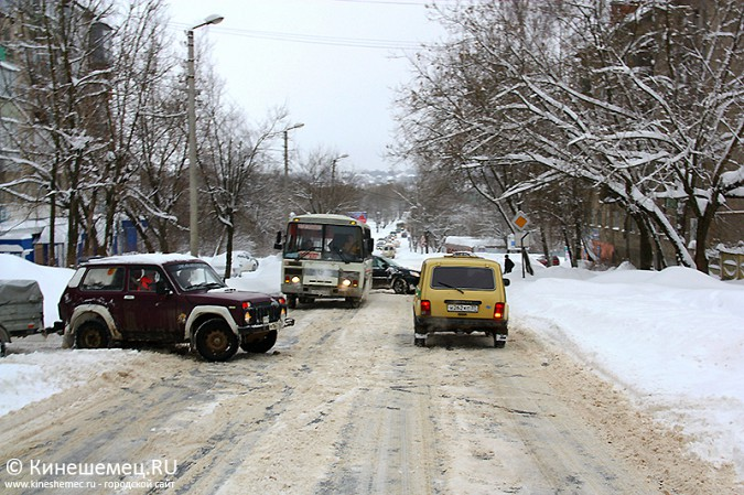 В Кинешме большегруз из Казахстана не смог въехать в заснеженную гору фото 2