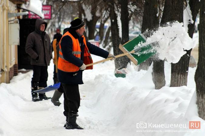 Улицу Комсомольскую очищают от снега и автомобилей фото 11